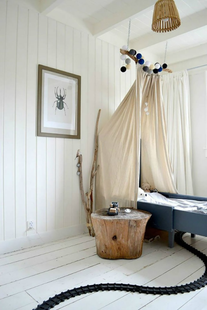 A lovely canopy bed in a kid's room (via FRIVOLE)