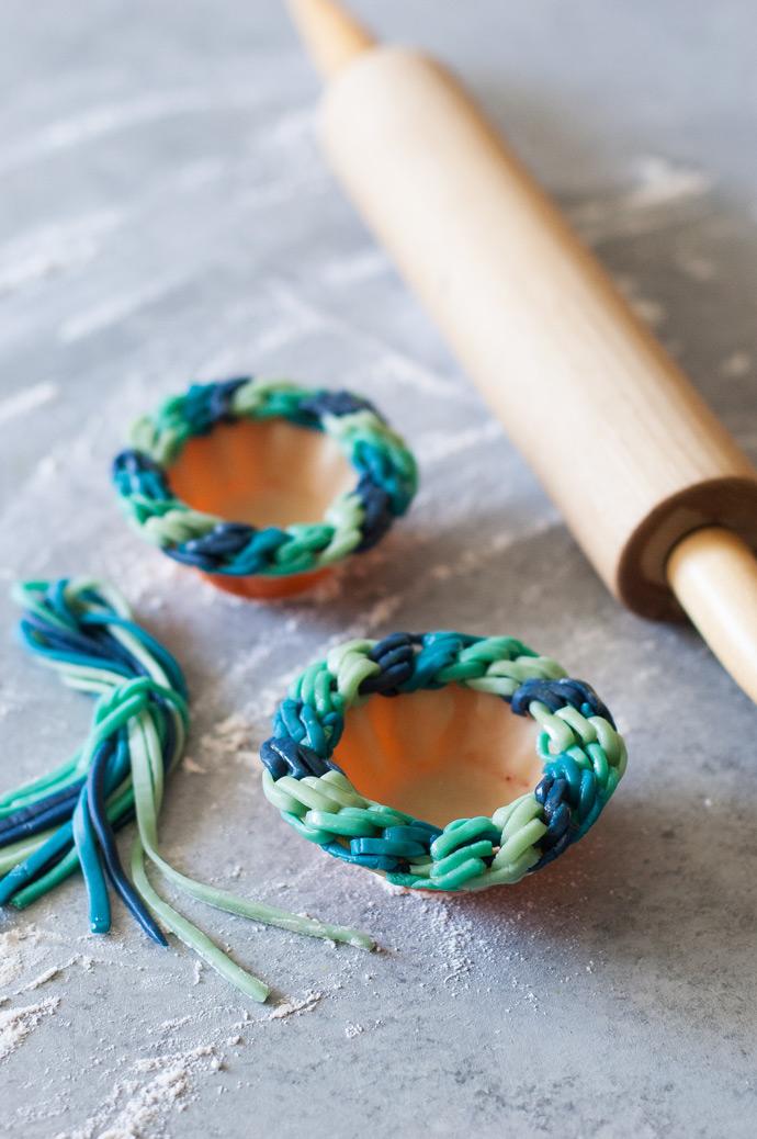 Diagonal Blues Friendship Bracelet Pie Crust Tutorial